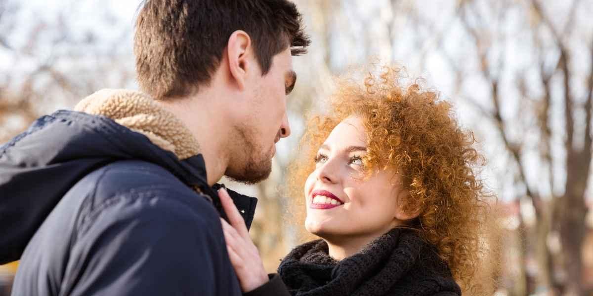 היא מסתכלת עליו בעיניים אוהבות