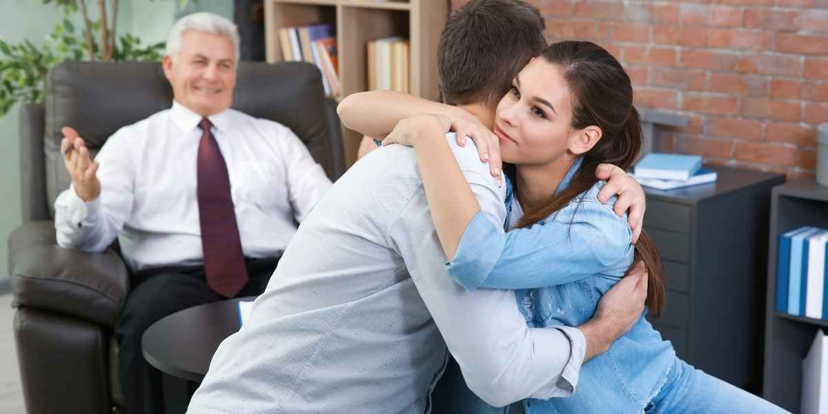 זוג בטיפול זוגי מתחבק