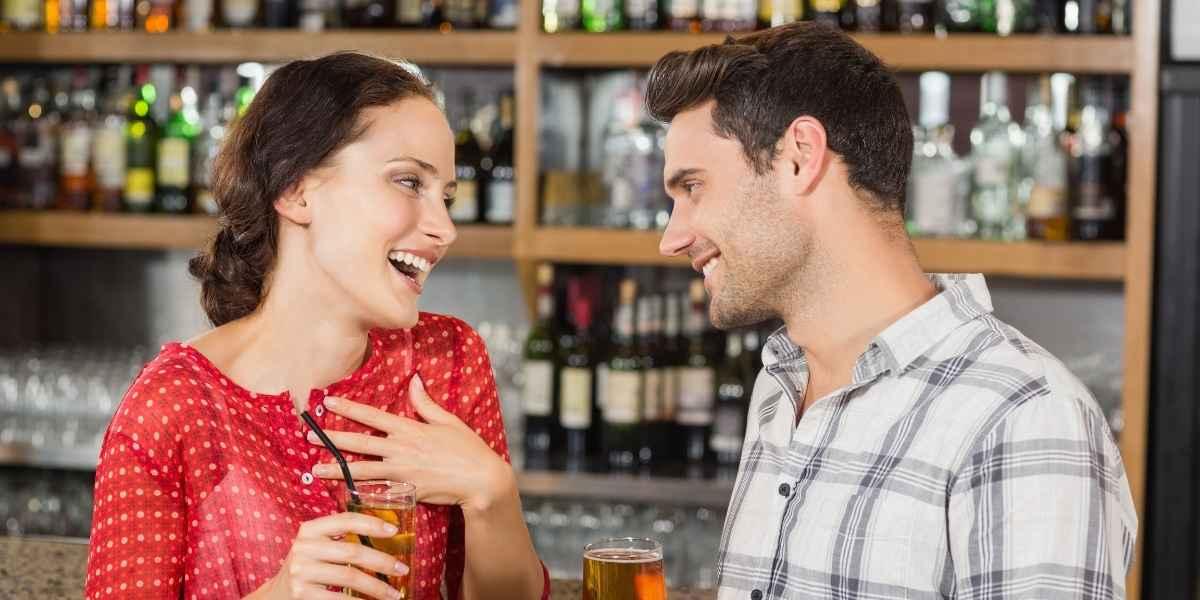 זוג מאוהב שותה בירה